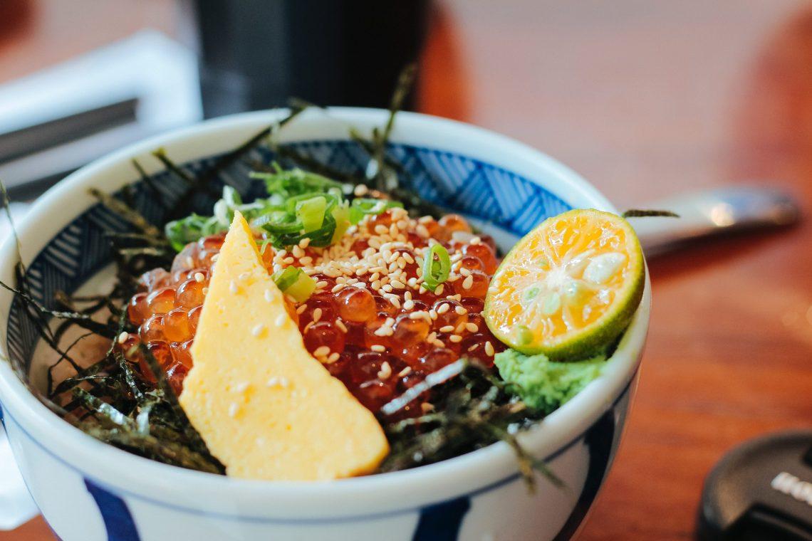 Cosa mangiare alle Hawaii: 7 piatti hawaiani da non perdere poke cibo food blogger Hawaii tradizionale salmone tonno ricette love hawaii kalua pig barbecue bbq loco moco