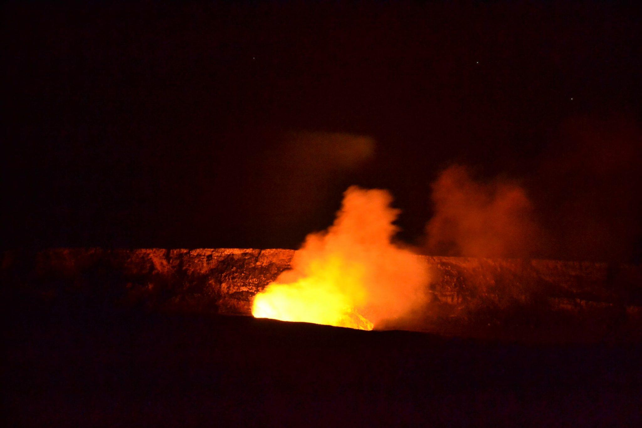 Vulcano attivo di notte